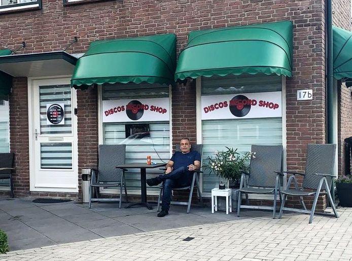 Foort de Kreek voor zijn nieuwe winkel Discos Record Shop aan de Bosweg.
