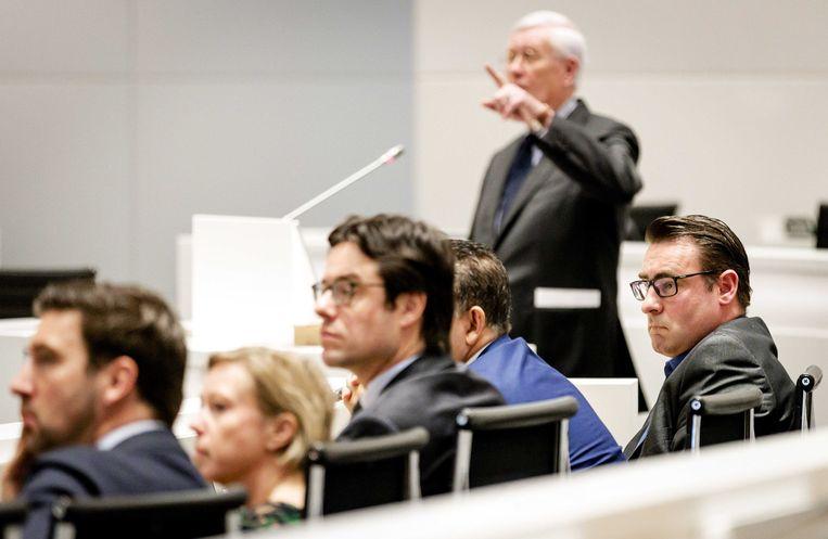 Verkenner Hans Wiegel (staand) tijdens de raadsvergadering. Uiterst rechts lijsttrekker Richard de Mos van Groep De Mos/Hart voor Den Haag  Beeld ANP
