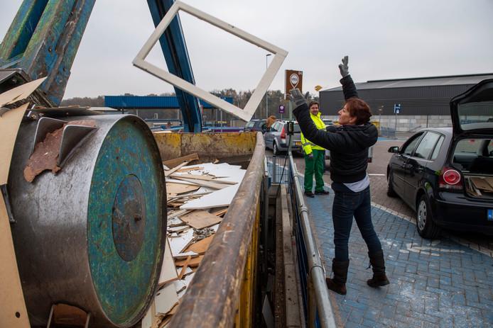Per 1 januari kan bij de milieustraat alleen nog met de pinpas worden betaald.