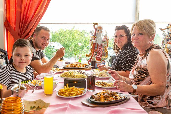 De familie Smans en Van Lin genieten van het diner bij het Chinees-Indische restaurant De Chinese Muur in Fijnaart.