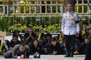 Rouwende Thai knielen als de urn met de as van de Thaise koning Bhumibol passeert op de tweede dag van de begrafenis processie in Bangkok. Foto Roberto Schmidt
