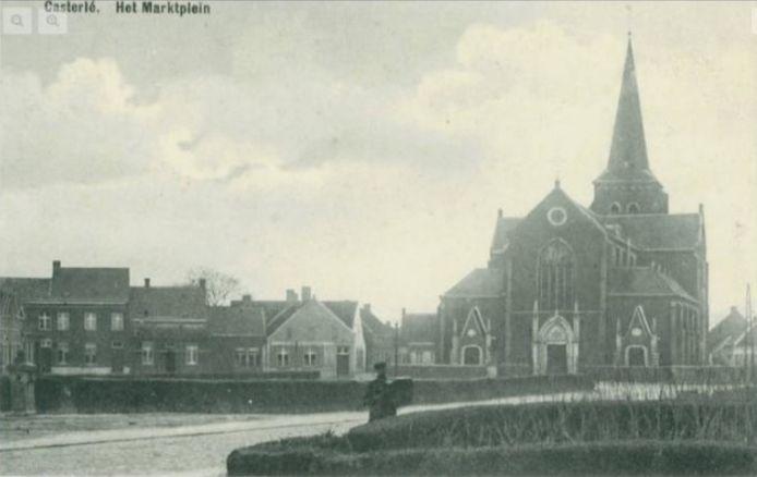 Het marktplein van 'Castelré' circa 1900. Op de foto is een waterpomp te zien.