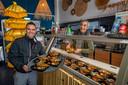 Eethuisje Indofoods uit Zoetermeer heeft het drukker dan voor de coronatijd. Bas Aartsen (l) en Jeffrey Wener in actie.