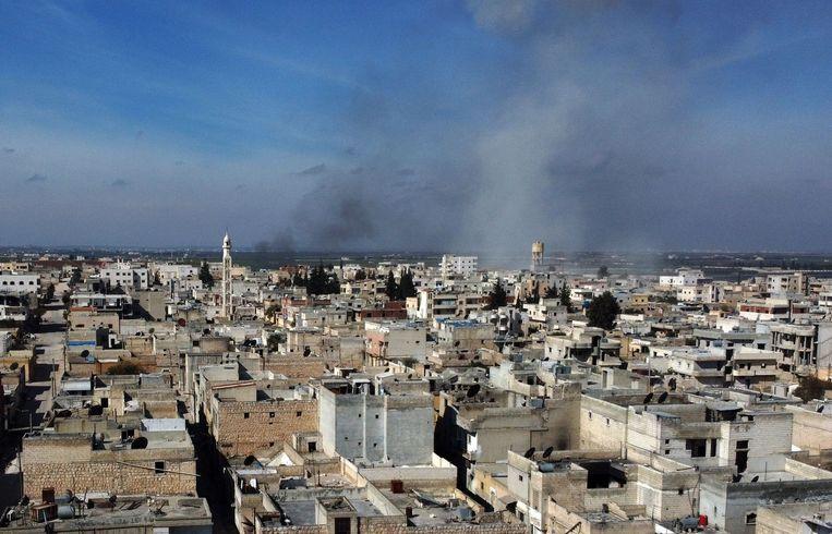 Rookpluimen boven de stad Saraqib in het oosten van de Syrische provincie Idlib.   Beeld AFP