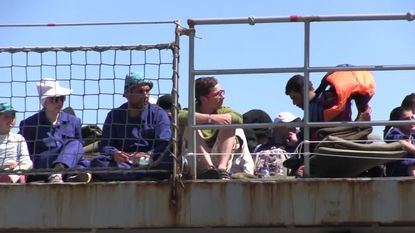 Exclusieve beelden: Belgisch marineschip meert aan met 200 geredde vluchtelingen