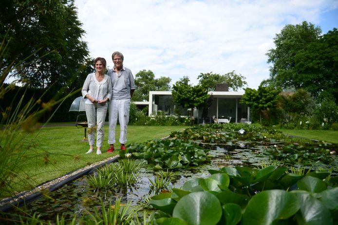 Hilco (ex-The Buffoons) en Joke ter Heide voor hun Rietveldwoning. Het staat op de gemeentelijke monumentenlijst.