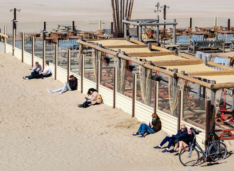 Wandelaars op het strand van Scheveningen. Door het zonnige weer trokken veel mensen eropuit ondanks de coronacrisis Beeld ANP/Remko de Waal