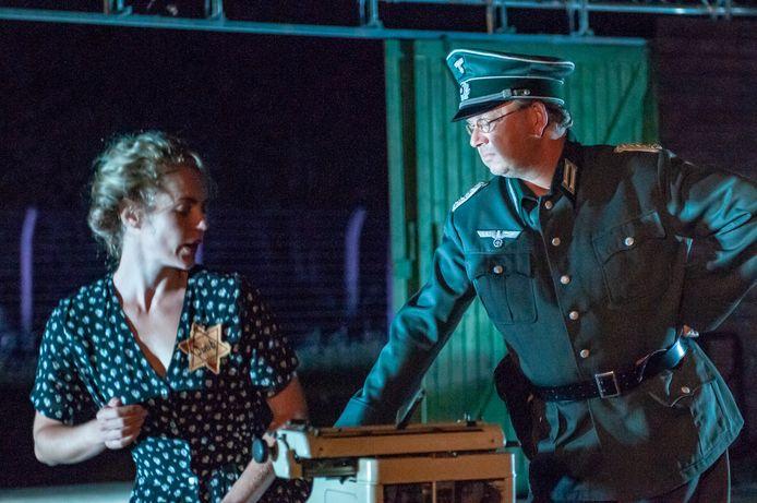 Een scène uit de voorstelling Oorlogstuig, over de Joodse Roosje Glaser.