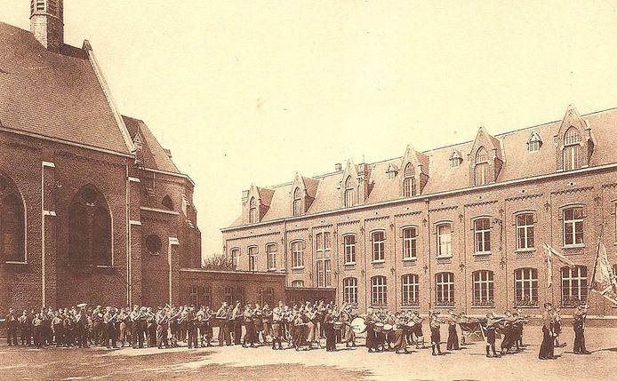 Een beeld uit de vorige eeuw: de KSA van Walfergem defileert op de speelplaats van het toenmalige Ascanuscollege.