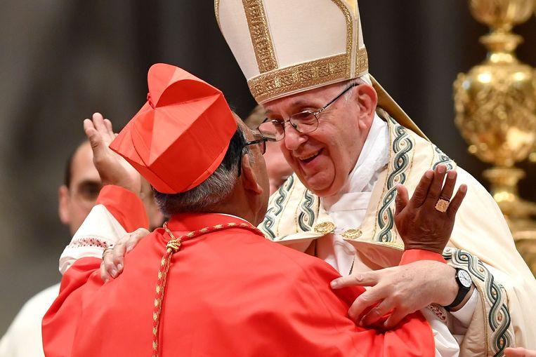 Paus Franciscus bij de creatie van de nieuwe kardinalen. Op de foto: Boliviaan Toribio Ticona Porco. Beeld AFP