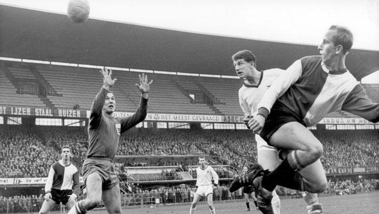 Henk Groot, toen speler van Feyenoord, passeert in het seizoen 1963-1964 de doelman van SC Enschede, Piet Lagarde. Foto ANP Beeld