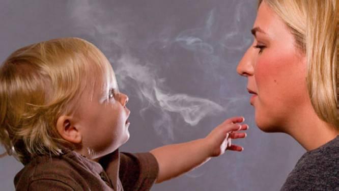 Minder kinderen zitten in de rook van hun ouders