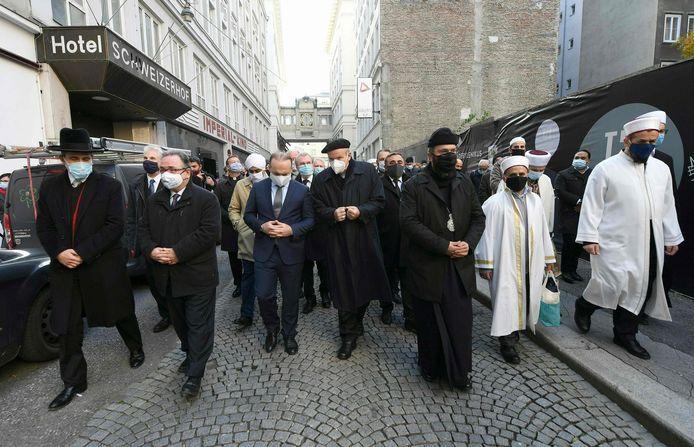 Vertegenwoordigers van de verschillende geloofsgemeenschappen in Oostenrijk namen donderdag deel aan een mars om de slachtoffers van de aanslag te herdenken. Onder hen Ümit Vural (derde van links), voorzitter van de islamitische gemeenschap. (05/11/2020)