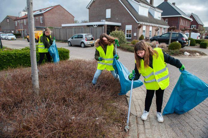 Natasja (links) uit Kerkdriel en haar dochter Lynn en vriendin Isis prikken afval in Velddriel.