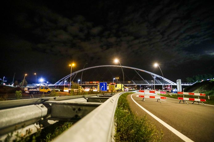 Randweg Eindhoven dicht voor plaatsing fietsbrug, spektakel trekt veel bekijks