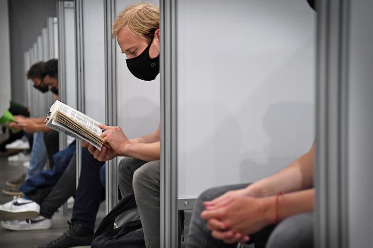 Bij de priknacht in de Jaarbeurs moesten jongeren het nog met een boek doen. Beeld Marcel van den Bergh / de Volkskrant