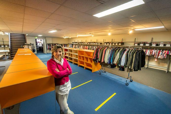 Emily Zwartkruis in de Kledingbank Eindhoven die weer opengaat voor kinderkleding en ingericht is op 1,5 afstand houden.
