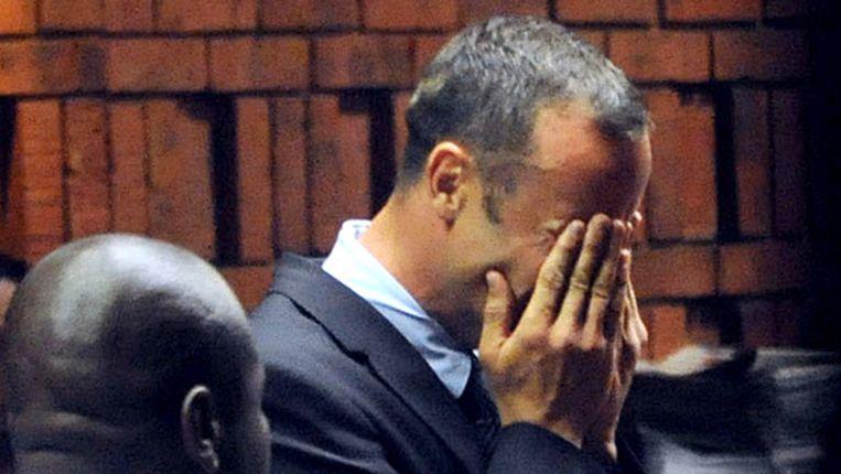 Oscar Pistorius in tranen bij de rechtbank. Beeld afp