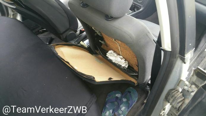 De in aluminiumfolie verstopte gestolen smartphone die de politie terugvond in de rugleuning van een stoel in een auto.