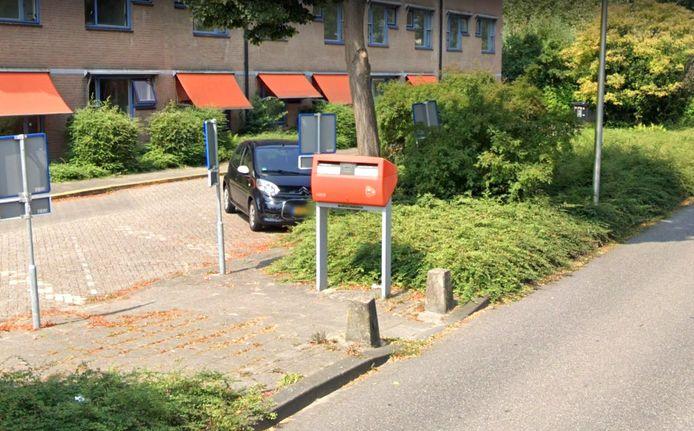 De gewraakte brievenbus aan de Vaartdreef is alleen te bereiken door de weg over te steken als er auto's staan geparkeerd aan de andere zijde.