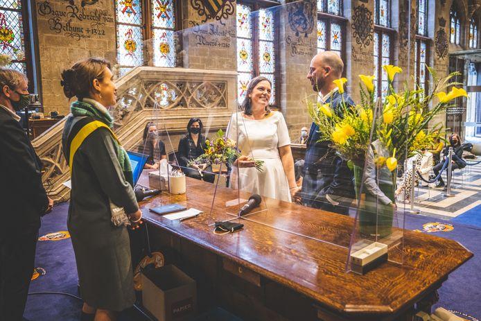 Een koppel trouwt in het stadhuis van Gent, tijdens de derde lockdown.