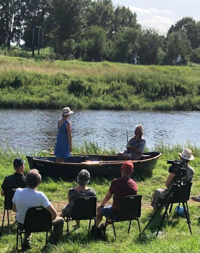 Een repetitie van de voorstelling die vrijdag 23 juli in première gaat in Bredevoort: 'Hij en Zij komen op in een bootje'
