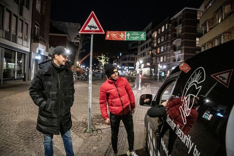 Jeugdwerkers Johnny Driessen en Elias Arssi checken in met straatcoach Sadik, die rondjes door Venlo rijdt. Beeld Koen Verheijden