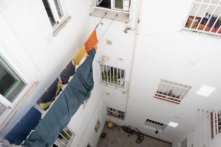 Vanwege de hoge huizenprijzen wonen de mensen in Madrid krap en vaak met hele families bij elkaar. Beeld Eline van Nes