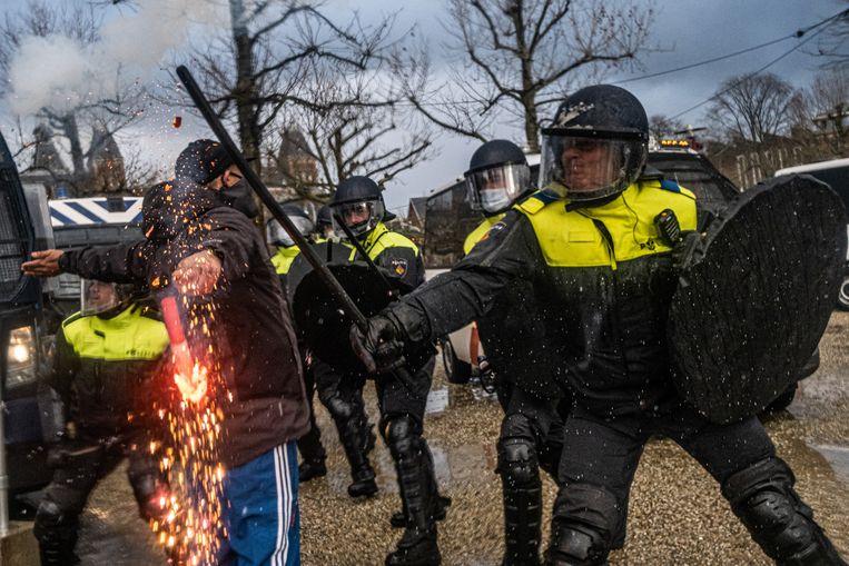 Hoewel de demonstratie 'Kabinet Rutte Geen meer' vorige week zondag werd afgelast, kwamen toch demonstranten naar het Museumplein in Amsterdam. De situatie liep uit de hand en de politie verrichtte meer dan honderd arrestaties. Deze zondag gaat actievoerder Michel Reijinga van Nederland in Verzet 'koffie drinken' op het Museumplein.  Beeld Joris van Gennip