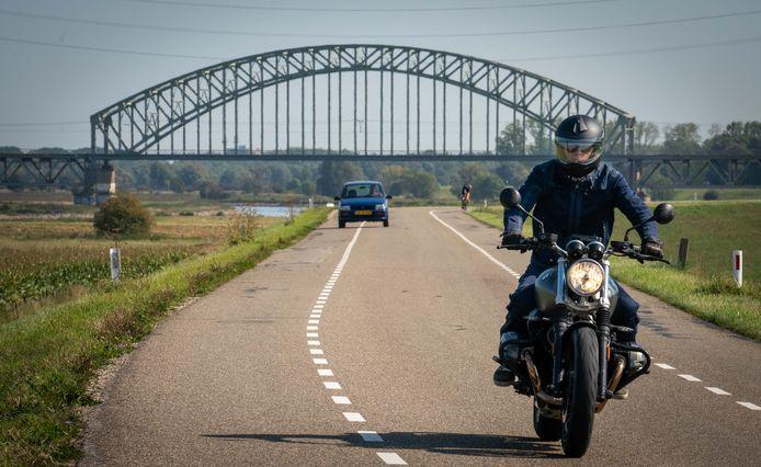 Motorrijder op de Drielse Rijndijk tussen Arnhem-Zuid en Driel. Foto ter illustratie.