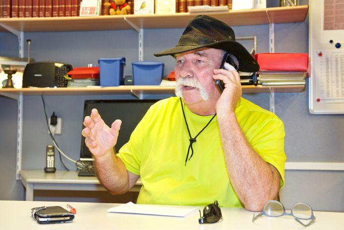 Vrijwilliger Willy Peters: continu aan het telefoneren.