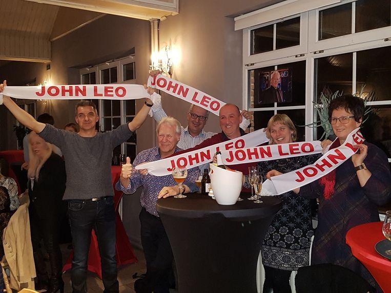 John Leo en enkele fans in de feestzaal.