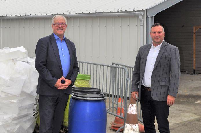 Schepen van Leefmilieu Paul Defranc (CD&V) en schepen van Gemeentelijke Gebouwen Gunther Coppens op de afdeling KGA in het recyclagepark.