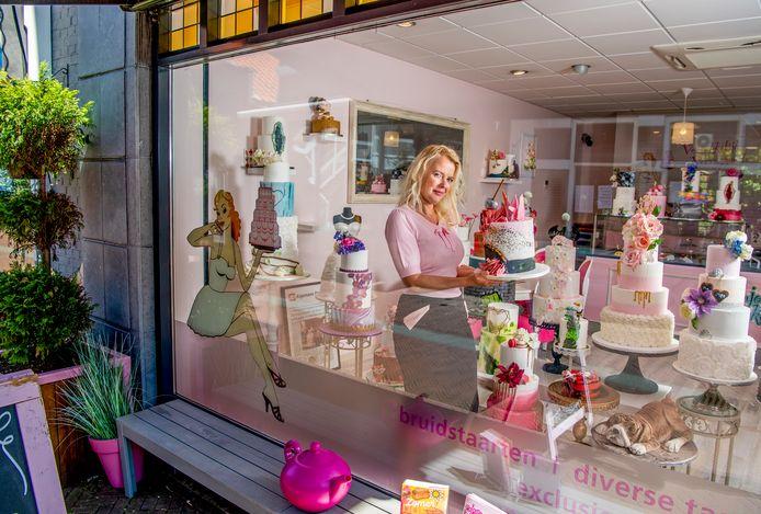 Geraakt door Corona; Enjoy-Cakes in Spijkenisse -  eigenaresse Joyce Smaling. Dankzij haar nieuwe webshop komt ze goed de coronacrisis door. Foto: Frank de Roo
