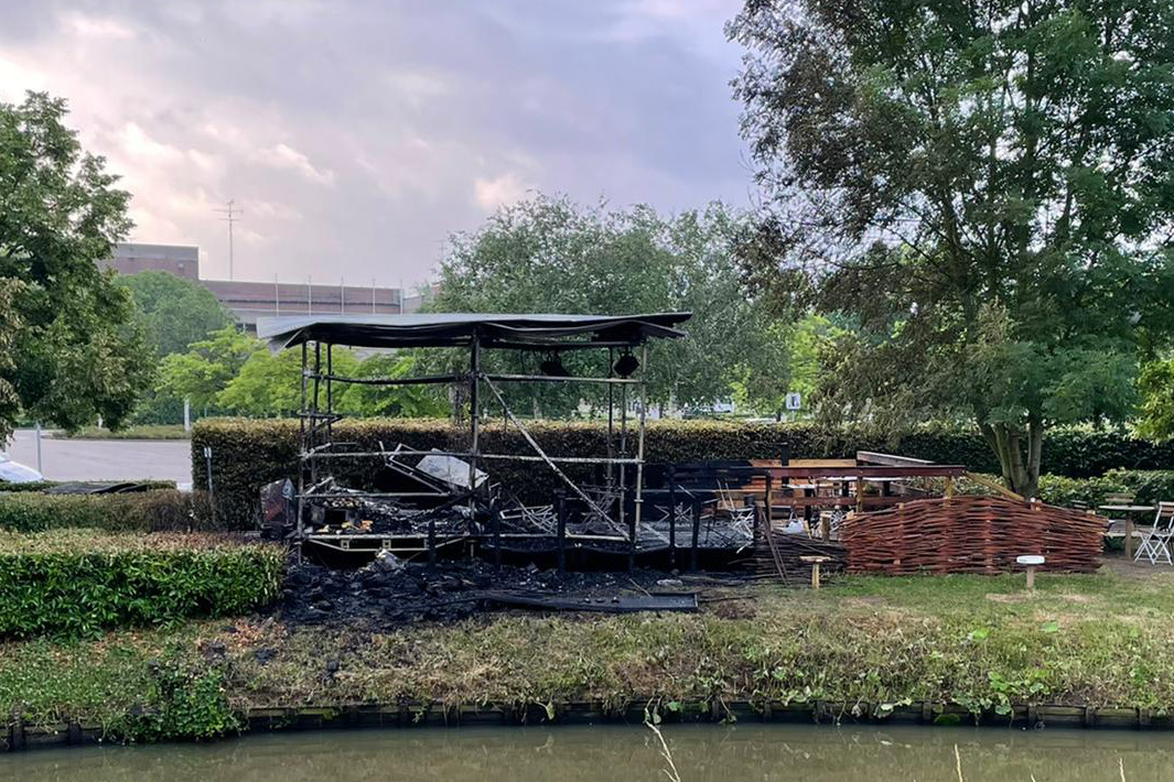 De brand vernielde de zomerbar Druppel Del Mar.