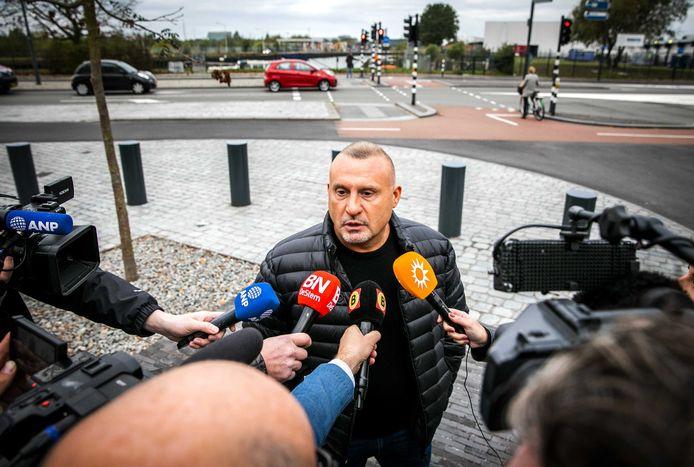 Klaas Otto staat de pers te woord bij de ingang van de rechtbank in Breda.