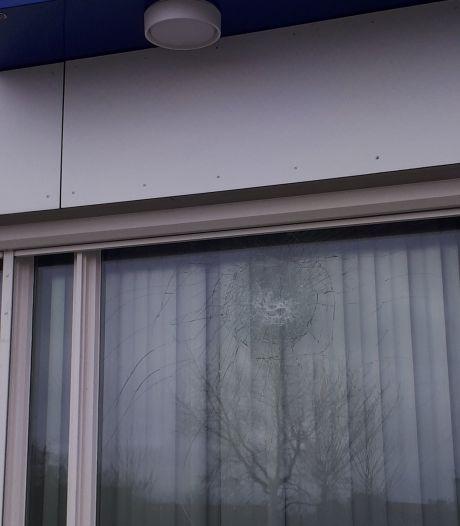 Dader vernieling ruit politiebureau Urk op beeld
