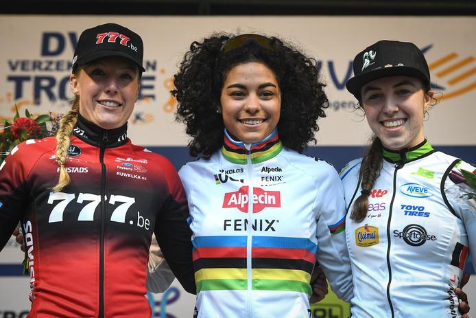 Annemarie Worst, Ceylin del Carmen Alvarado en Shirin Van Anrooij (vlnr) bezetten zaterdag het podium in Lille. In Hulst rijden ze ook alle drie.