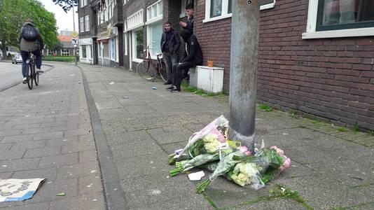 Vrienden van Nick leggen bloemen op de plek van de steekpartij.