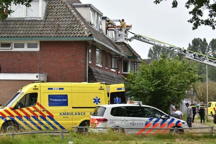 Hulpdiensten aan de Slachthuisweg in Hengelo, dinsdagavond. Een man raakte gewond bij wat nu blijkt een ongeluk.