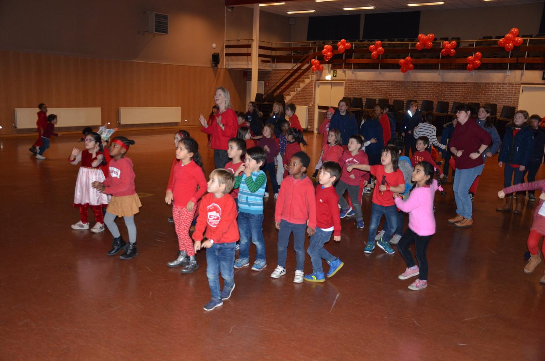 De leerlingen van het Sint-Pietersinstituut dansen voor Rode Neuzen Dag.