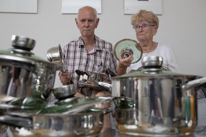 Wim en Uupke van Pijkeren werden de dupe van malafide pannenverkopers. Nu willen ze anderen waarschuwen. Zodat die niet ook de dupe worden.