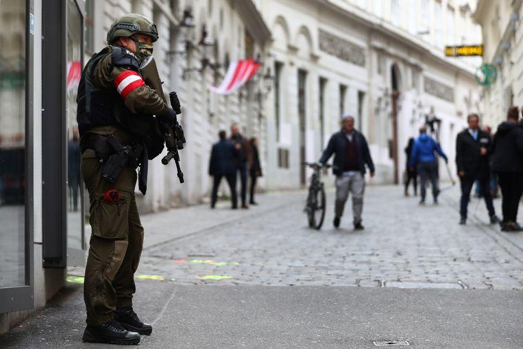 Een lid van de militaire politie bewaakt de plek in Wenen, waar een man vier mensen doodde. Beeld AP