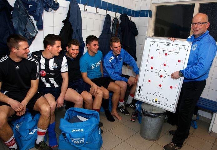 Marco van Vlierberghe (rechts) vertrekt na vier seizoenen bij Hontenisse en wordt de nieuwe trainer van Steen.