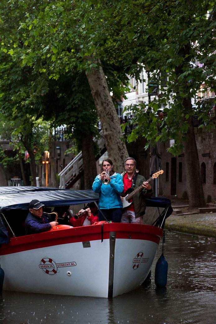 Ondanks de regen werd er muziek gemaakt op de Oudegracht.