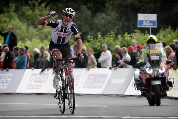 Jarno Mobach uit Philippine reed zondag in de slotrit van Olympia's Tour naar de overwinning.