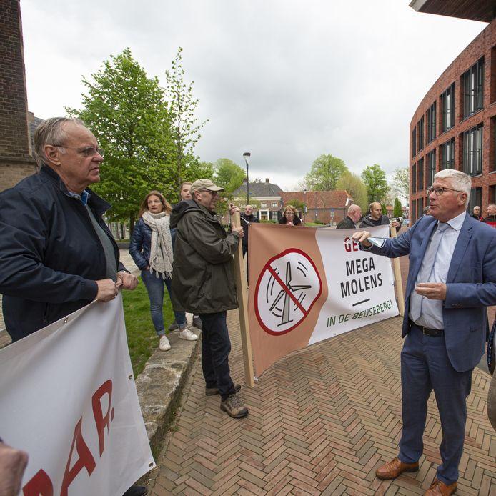 Demonstranten voor het gemeentehuis in discussie met Jan Berkhoff, voorzitter van de Commissie Grondgebied.