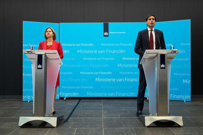 Minister Wopke Hoekstra van Financiën en Minister Cora van Nieuwenhuizen van Infrastructuur en Waterstaat geven een toelichting op het financiële steunpakket aan KLM.