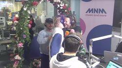 Oliver en Simon van Bazart ontdekken op de radio dat ze getuige zijn op het huwelijk van Mathieu