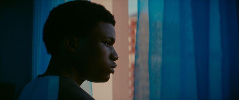 De eenzame Youri (Alseny Bathily) klampt zich vast aan de flat waar hij is opgegroeid. Beeld